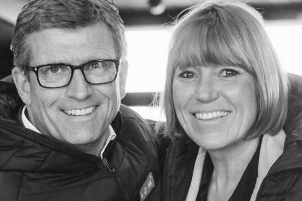 Andreas und Ulrike Dolle gehören zu den ausgewiesenen Experten für Veränderungsgestaltung und Unternehmenserfolg sowie für relevante Zukunftsthemen. Sie führen das Bildungs- und Beratungsunternehmen ADM in Paderborn. Seit 2014 sind sie mit ihrem Unternehmen vollständig digitalisiert und leben Mobilität, Agilität und Innovation im digitalen Raum mit ihrem Team und allen Partnern.
